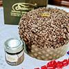Handgemachte Panettone mit weißer Schokoladencreme
